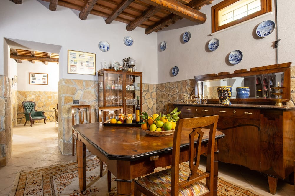 Family Apartment, 1 Bedroom, Courtyard View - In-Room Dining