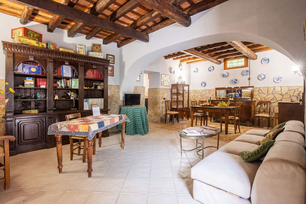 Family Apartment, 1 Bedroom, Courtyard View - Living Room
