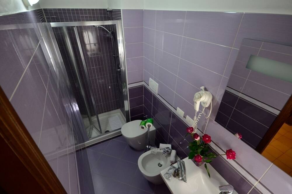 Standard Twin Room (2 Single Beds) - Bathroom
