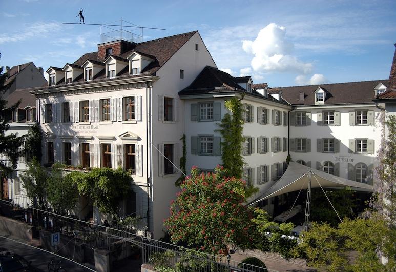 Der Teufelhof Basel, Basel, Otelin Önü