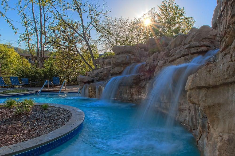 Бассейн с водопадом