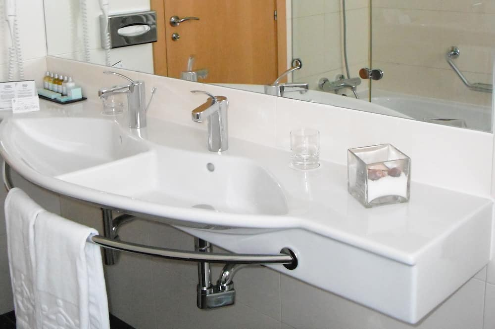 Standard Double or Twin Room (with extra bed) - 90 Aniversario - Bathroom