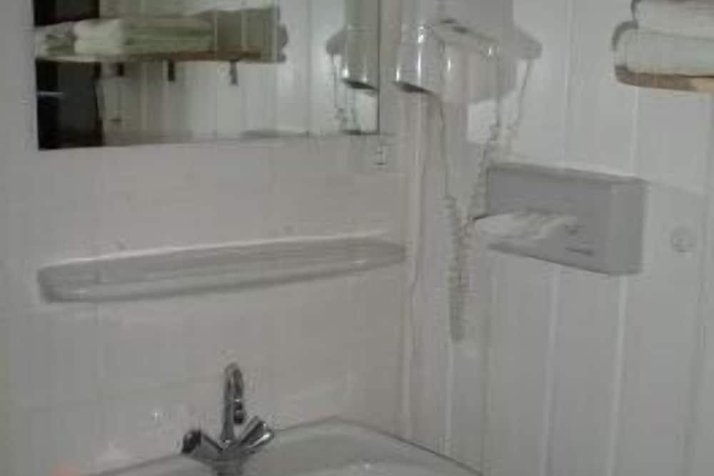 Basic Triple Room - Bathroom Sink