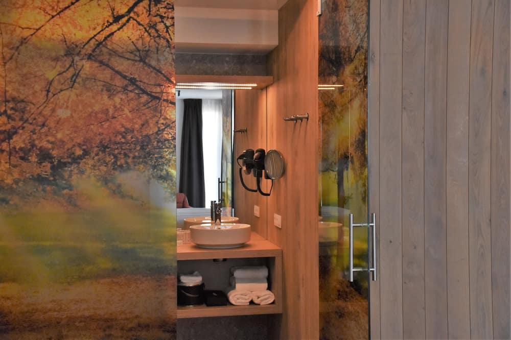 Superior Triple Room, Balcony - Bathroom
