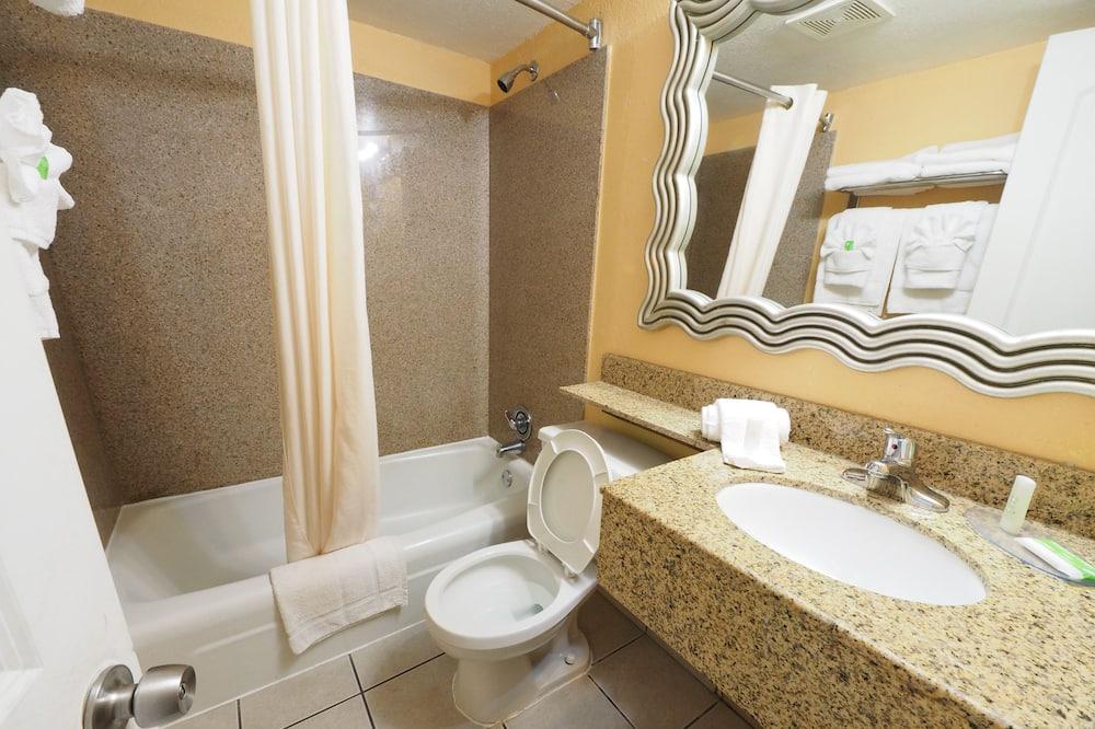 Phòng Suite Deluxe, Nhiều giường, Không hút thuốc, Quang cảnh hồ bơi - Phòng tắm