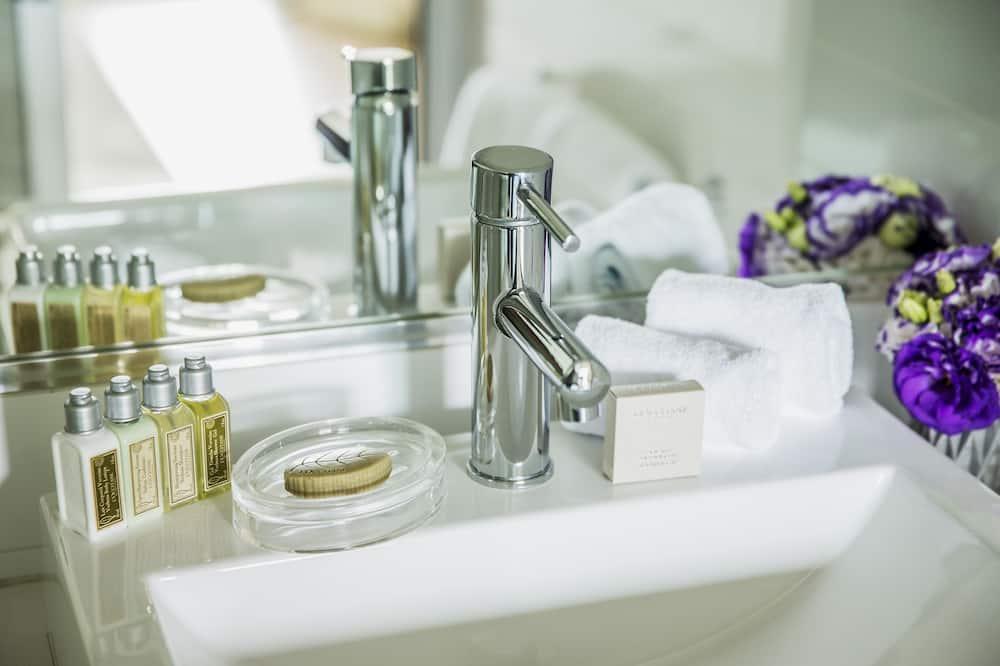 Deluxe Studio Apartment  - Bathroom Sink