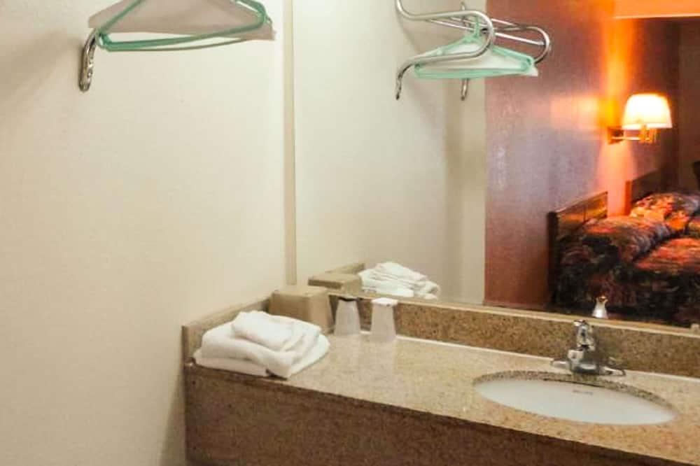 Kambarys, 2 didelės dvigulės lovos, Nerūkantiesiems, šaldytuvas ir mikrobanginė krosnelė - Vonios kambarys