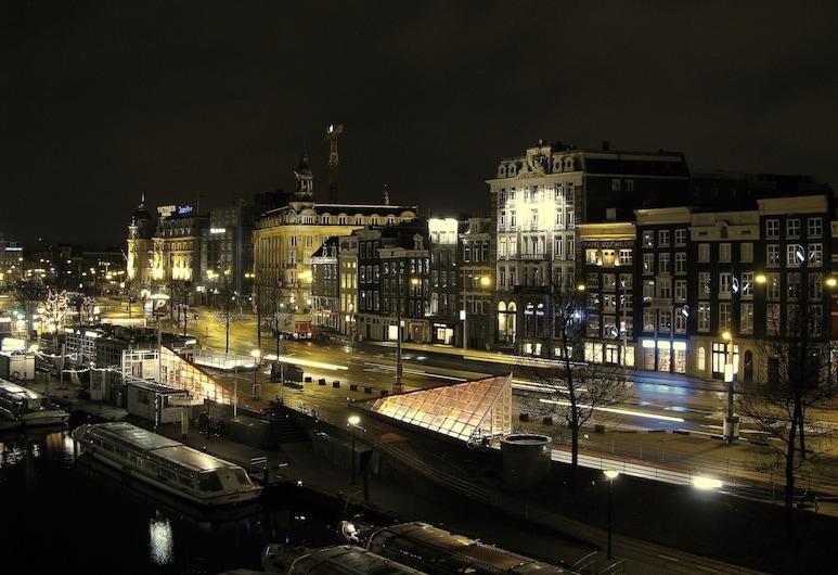 A Train Hotel, Amsterdam, Pohľad na hotel – večer/v noci