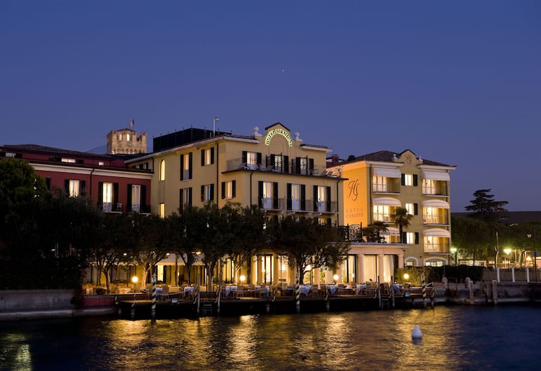 Hotel Sirmione e Promessi Sposi, Sirmione, Hotellets front – kveld/natt