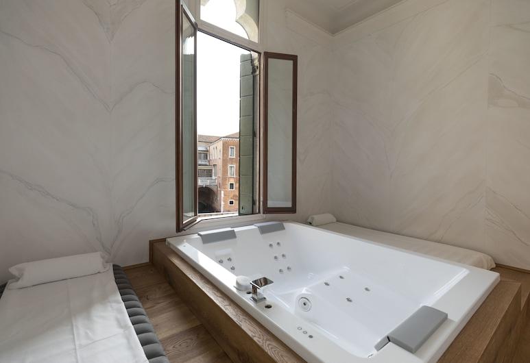 Palazzo Paruta & Wellness Apartments, Venezia, Appartamento Royal, Edificio separato (Wellness, 705 - 40 mt dall'hotel), Vasca idromassaggio privata