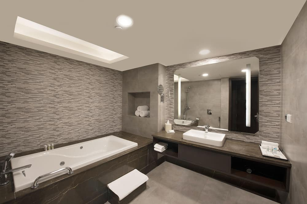 Executive Suite, 1 King Bed - Bathroom