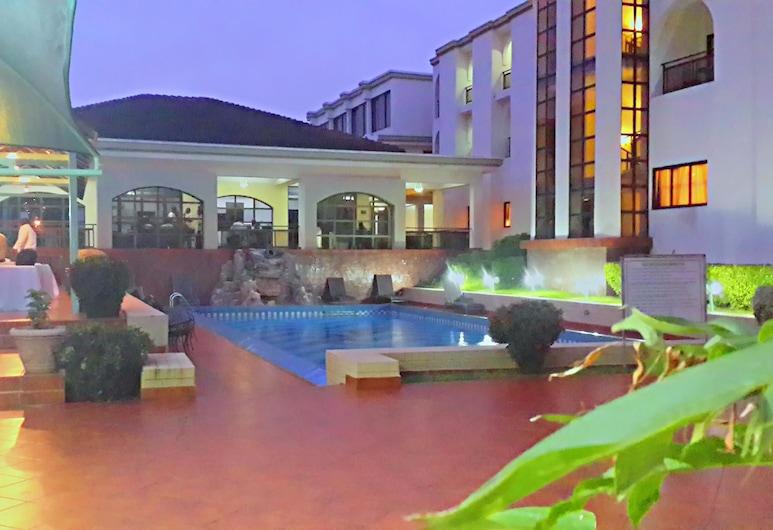 M Plaza Hotel, Akra, Lauko baseinas