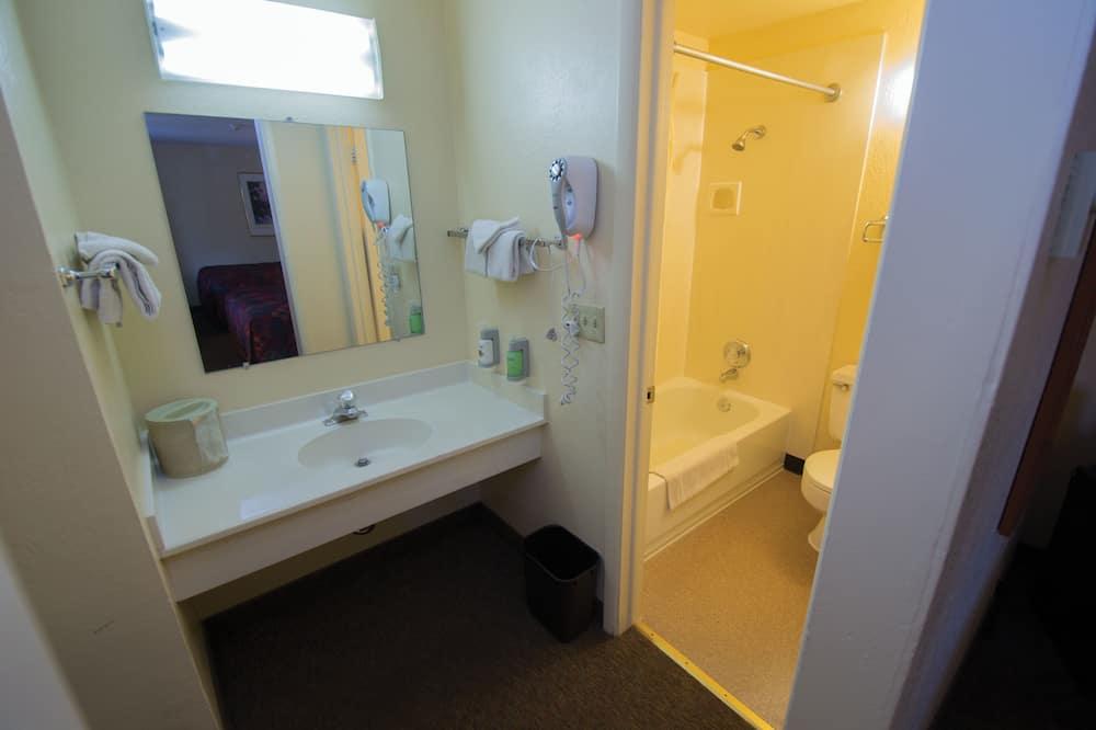 ห้องสแตนดาร์ด, เตียงควีนไซส์ 2 เตียง (South) - ห้องน้ำ
