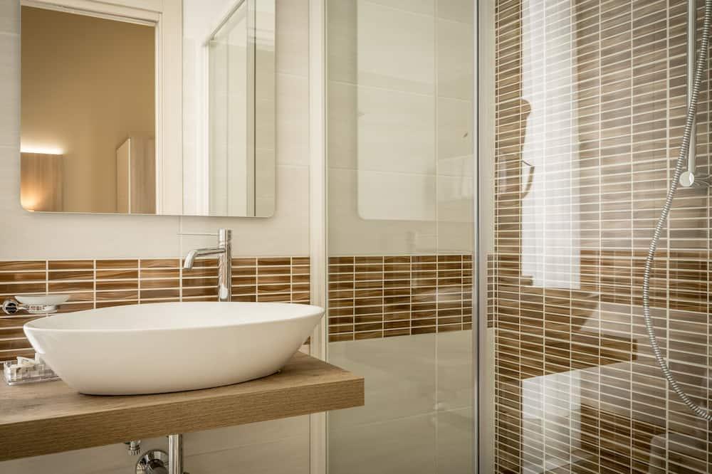 Chambre Triple Supérieure, plusieurs lits - Salle de bain