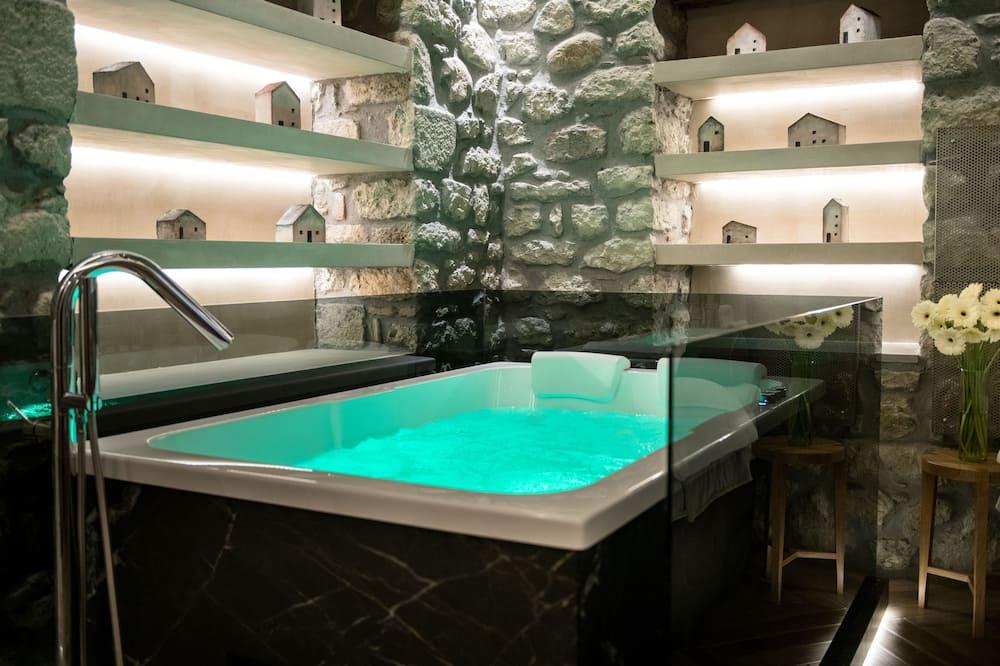 The Stone Room with Hot Tub - Tab spa persendirian