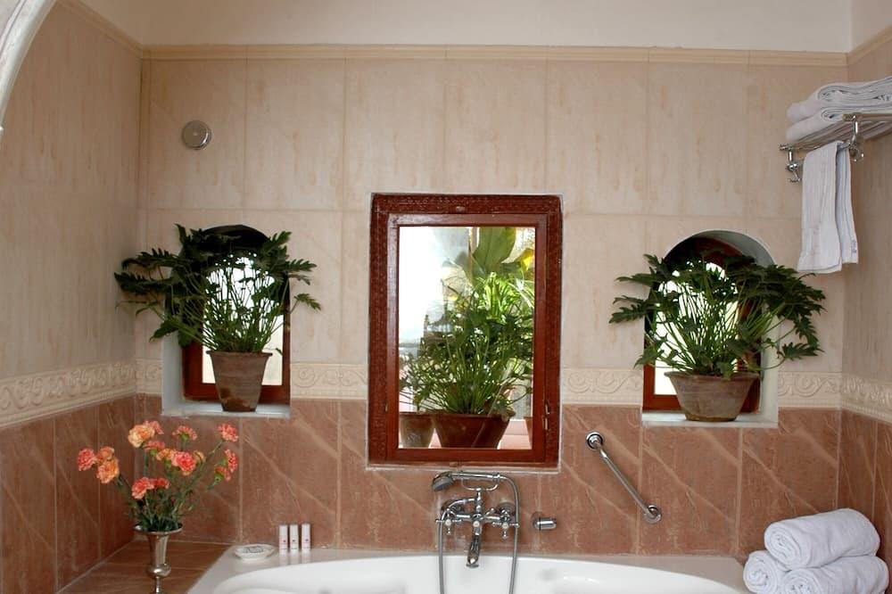 ห้องสแตนดาร์ด, เตียงใหญ่ 1 เตียง, ปลอดบุหรี่, วิวสวน - ห้องน้ำ