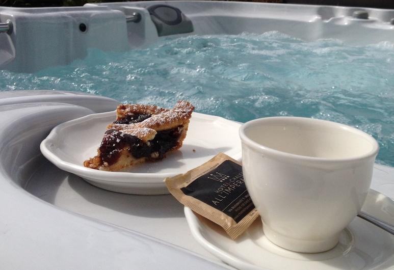 Hotel Chalet all'Imperatore, Madonna di Campiglio, Outdoor Spa Tub