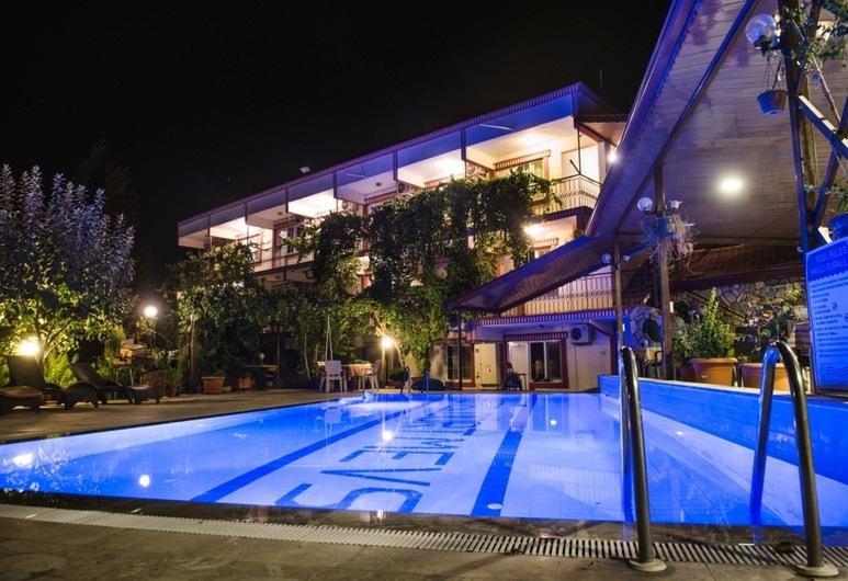 Dort Mevsim Hotel, Pamukkale, Hotelfassade am Abend/bei Nacht