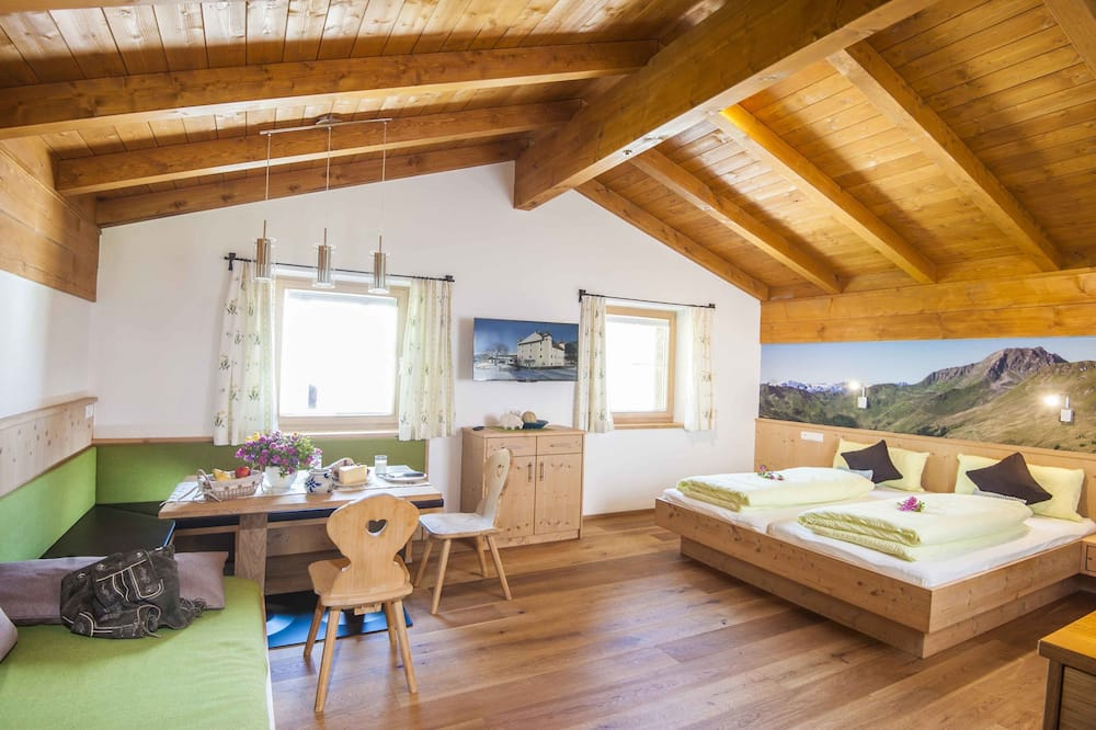 Standard Apartment, 2 Bedrooms, Kitchenette, Mountain View (Schwalbennest) - Living Area