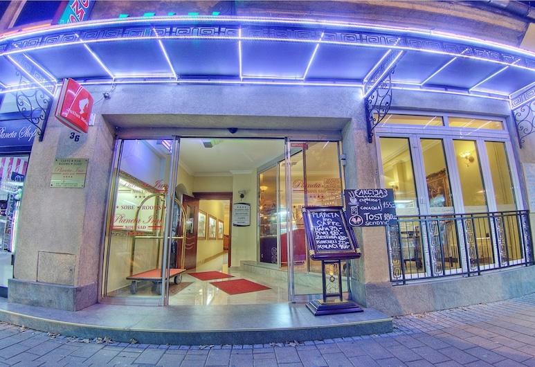 普拉尼塔酒店, 諾維薩, 飯店入口 - 夜景