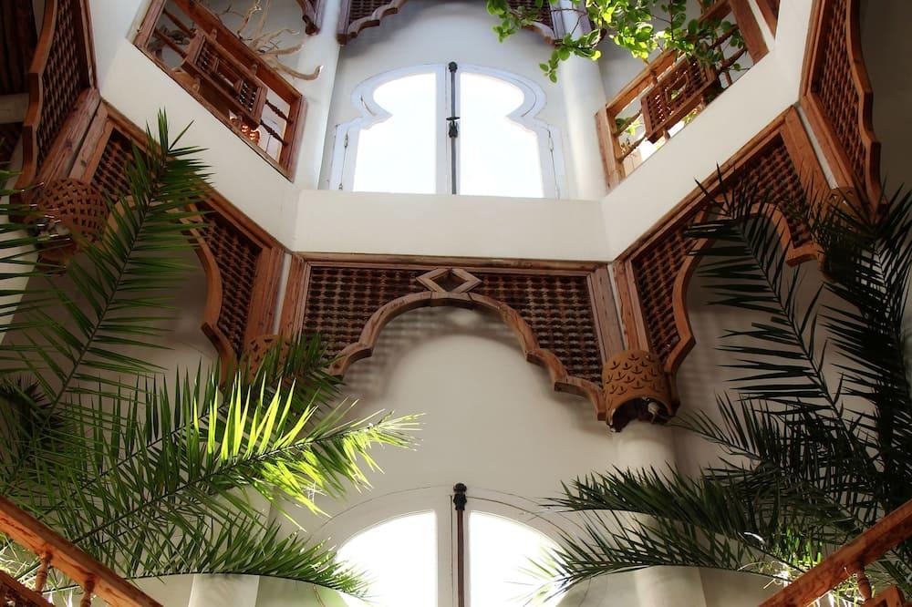 מבט לכניסה מבפנים