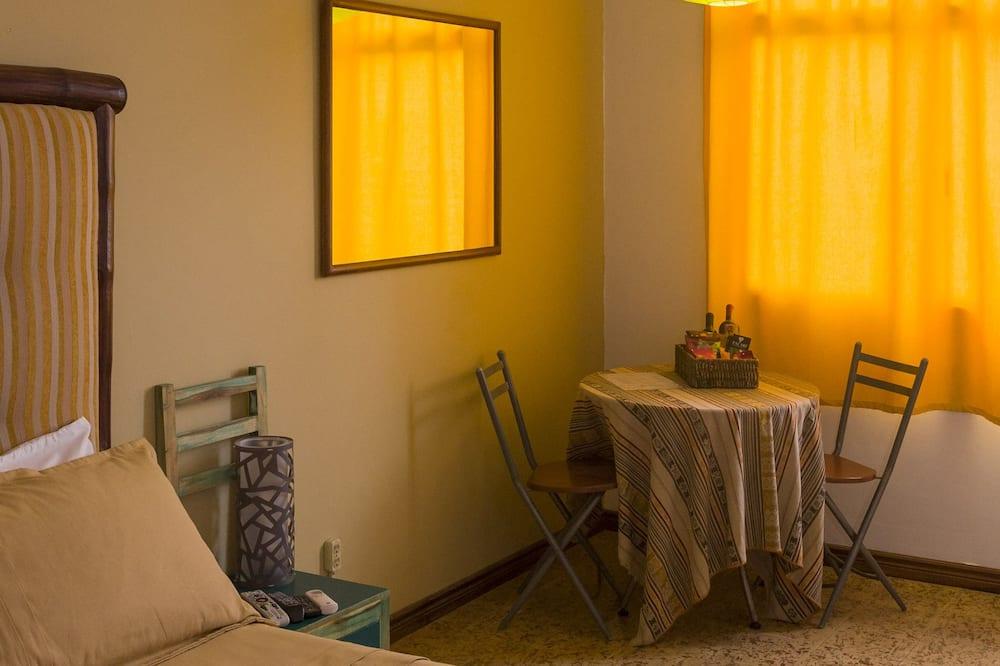 Standardværelse med dobbeltseng eller 2 enkeltsenge - Spisning på værelset