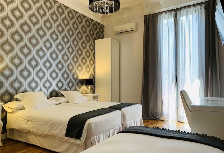 APTBCN Super Balmes Guest House, Barcelona, Quarto triplo superior, 1 quarto, Banheiro privativo, Vista para a cidade, Quarto