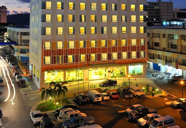 Cititel Express Kota Kinabalu, Kota Kinabalu, Fassaad õhtul/öösel