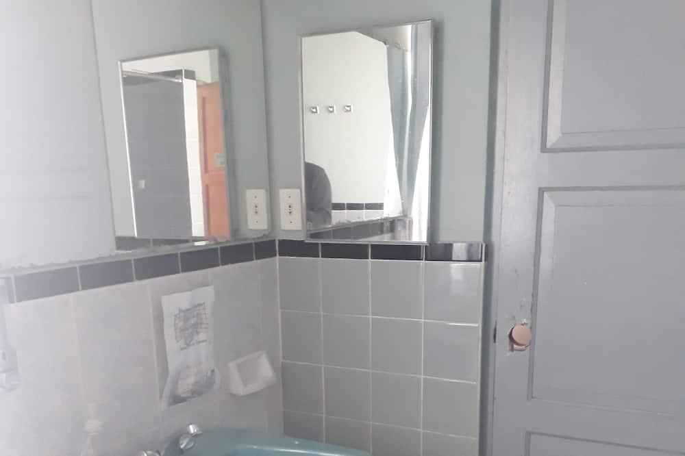 חדר קלאסי זוגי, מיטת קווין, ללא עישון, חדר רחצה פרטי - כיור בחדר הרחצה