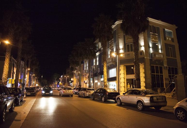 Hotel Veliera, Durres, Entrada del hotel (tarde o noche)
