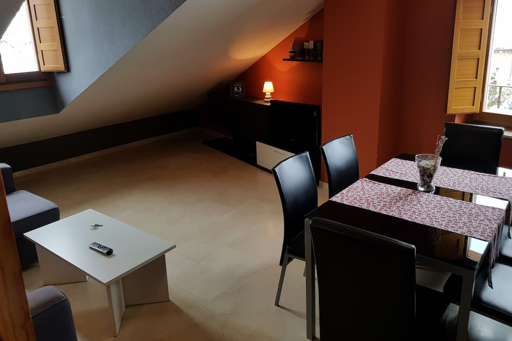 Traditional Apartment, 2 Bedrooms, Non Smoking - Living Room
