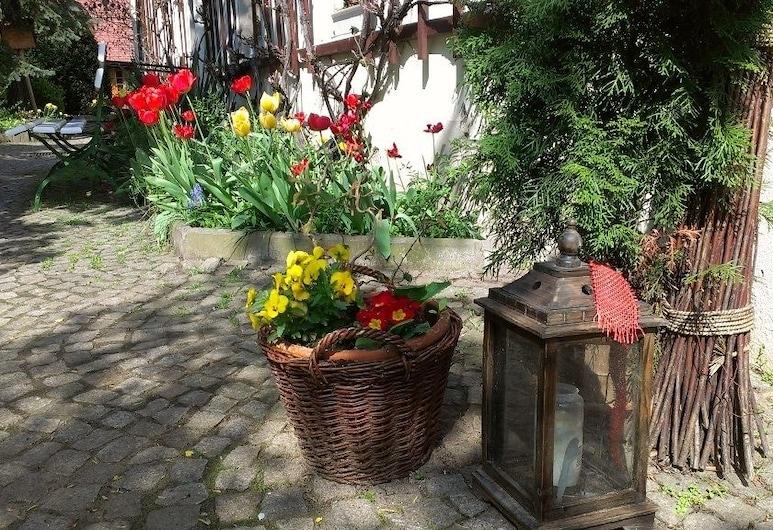 ياجرهايم لوبسال, ديرا-تسيرين, حديقة