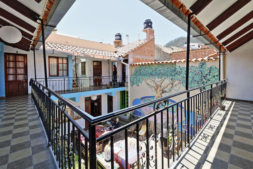Standarta koplietojuma guļamzāle, abu dzimumu guļamzāle, skats uz pagalmu - Skats no balkona