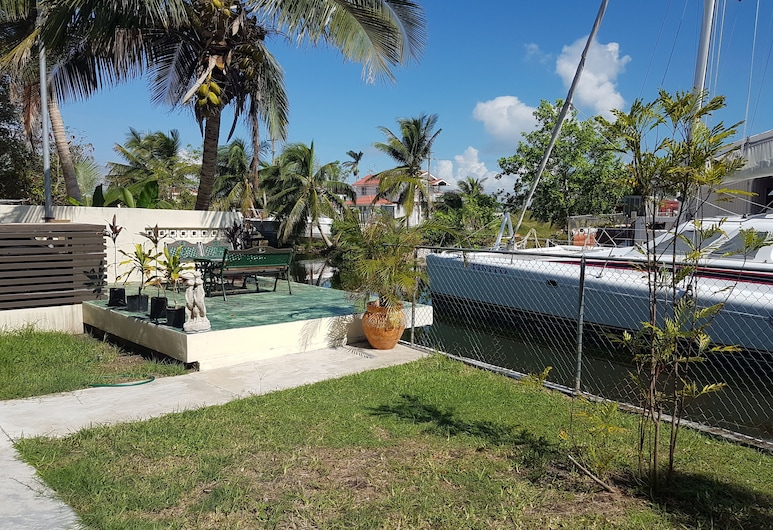 Modern 1 Bed Apartment in Belize City, Belize City, Garden