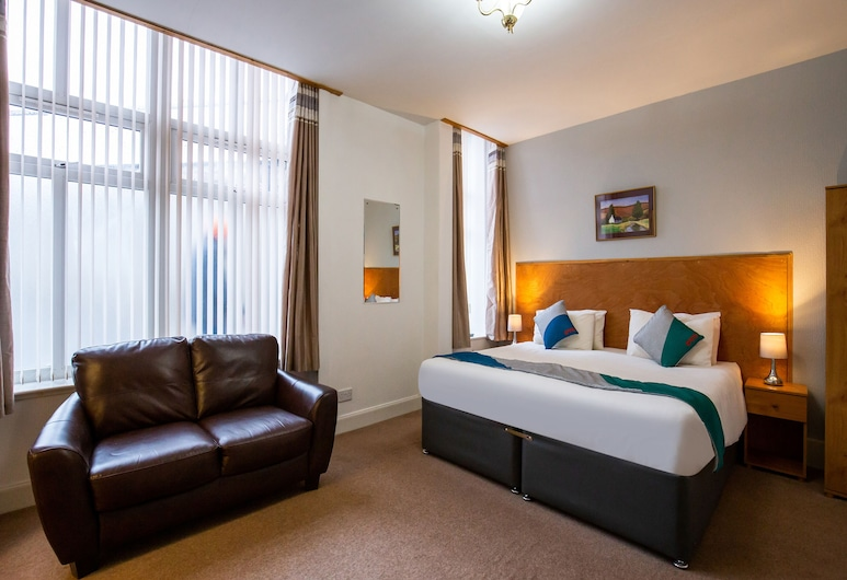 OYO Eastbank Hotel, Aberlour, Deluxe Triple Room, Multiple Beds, Guest Room