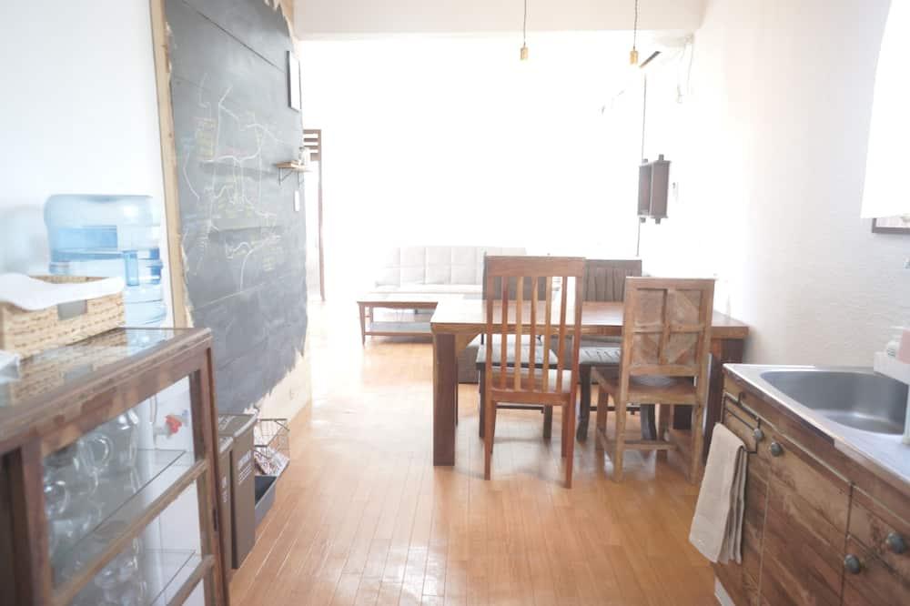 Ferienhaus (Private Vacation Home) - Essbereich im Zimmer