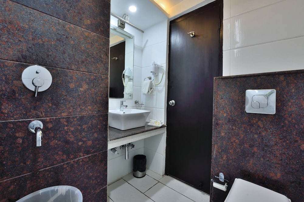 Comfort Room, 1 King Bed, Accessible, Smoking - Bathroom