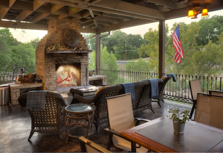 The Lodge Above Town Creek, Fredericksburg, Terras