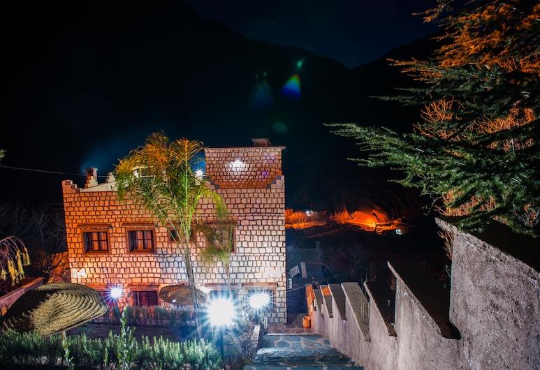 Riad Toubkal Ecolodge, Asni, Hotelfassade am Abend/bei Nacht