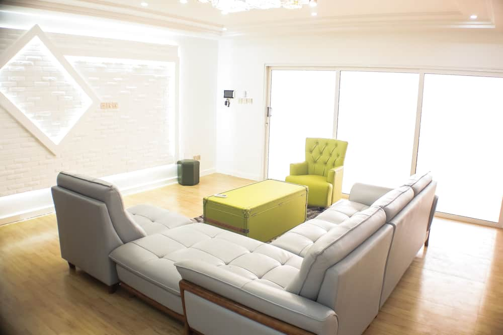 Comfort Apartment, 3 Bedrooms - Living Area