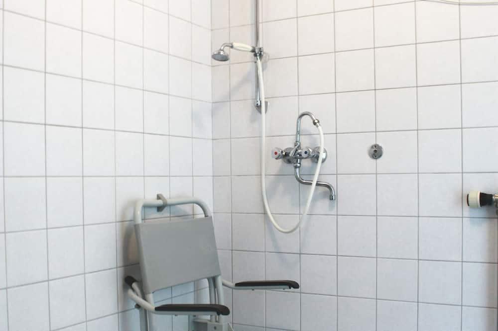 Divvietīgs numurs, 2 vienguļamās gultas, piekļuves iespējas personām ar kustību traucējumiem - Vannasistaba
