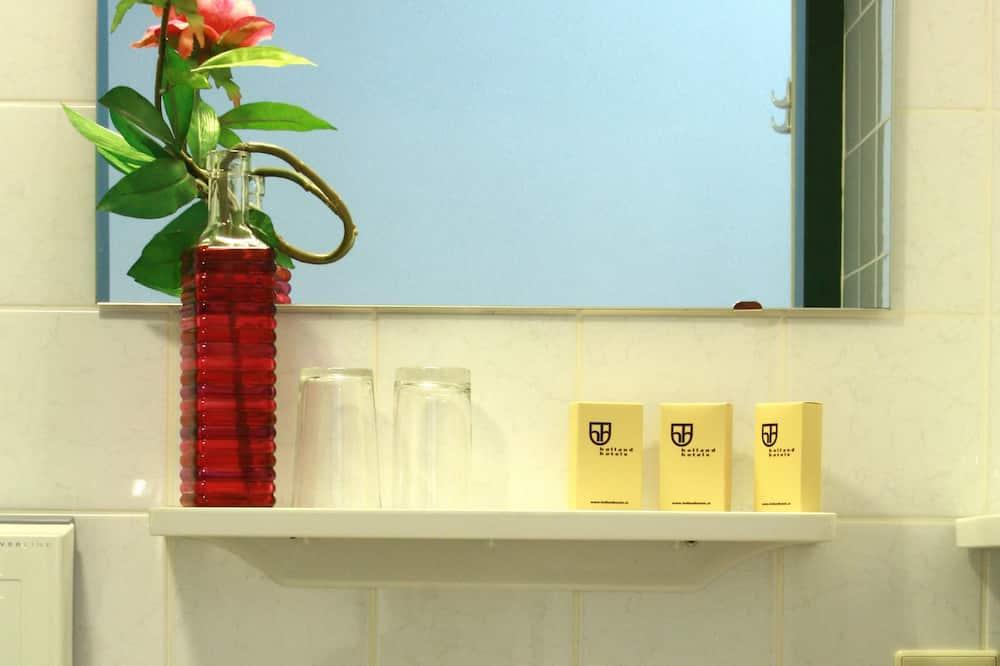 Divvietīgs numurs, 2 vienguļamās gultas, piekļuves iespējas personām ar kustību traucējumiem - Vannasistabas duša