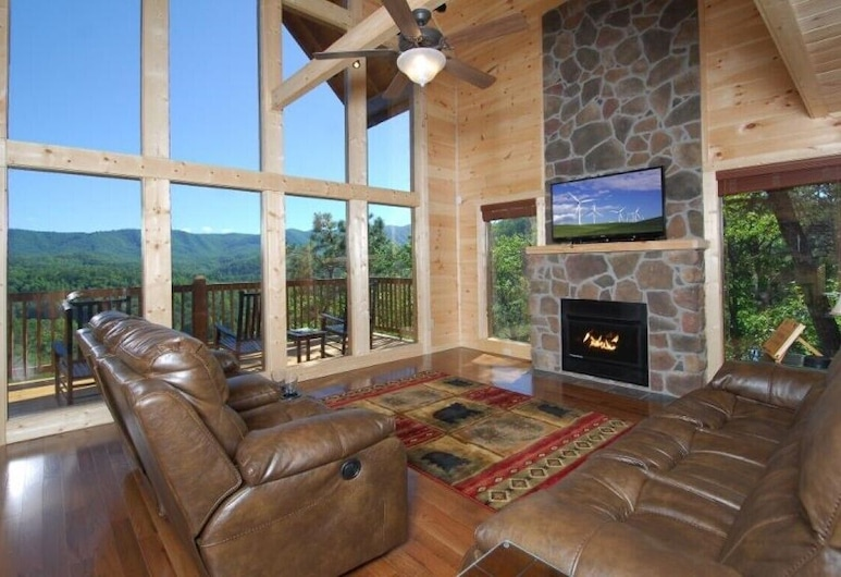 A Mountain Paradise - 3 Bedrooms, 3 Baths, Sleeps 8 Cabin, Pigeon Forge, Cabin, 3 Bedrooms, Living Room