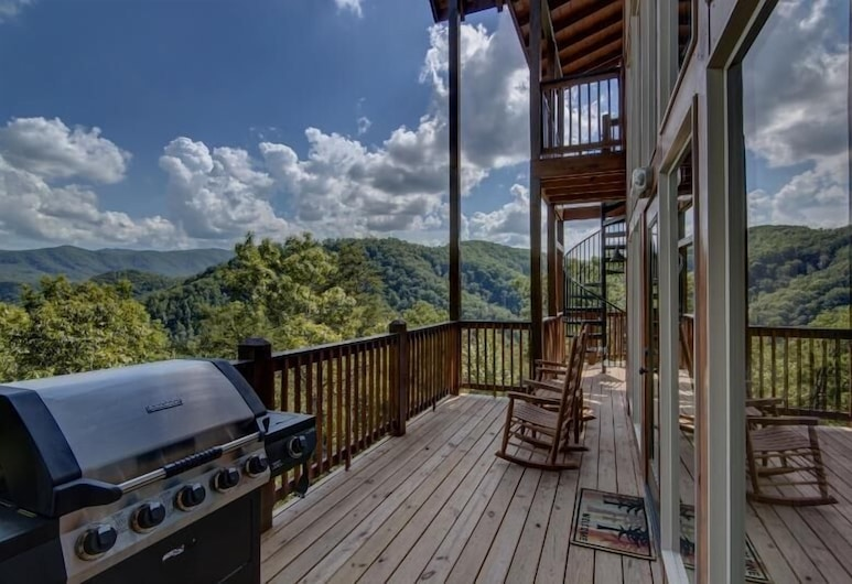 Bare Fu't Chateau - 4 Bedrooms, 4 Baths, Sleeps 14 Home, Pigeon Forge, BBQ/Picnic Area