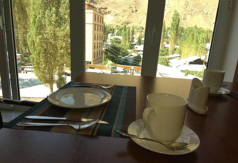 Grand Hotel, Khorugh, Utsikt mot fjell
