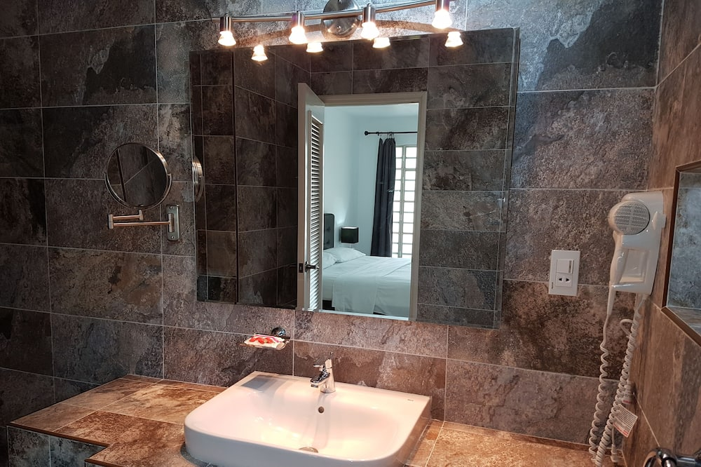 디럭스 아파트, 킹사이즈침대 1개, 정원 전망 - 욕실
