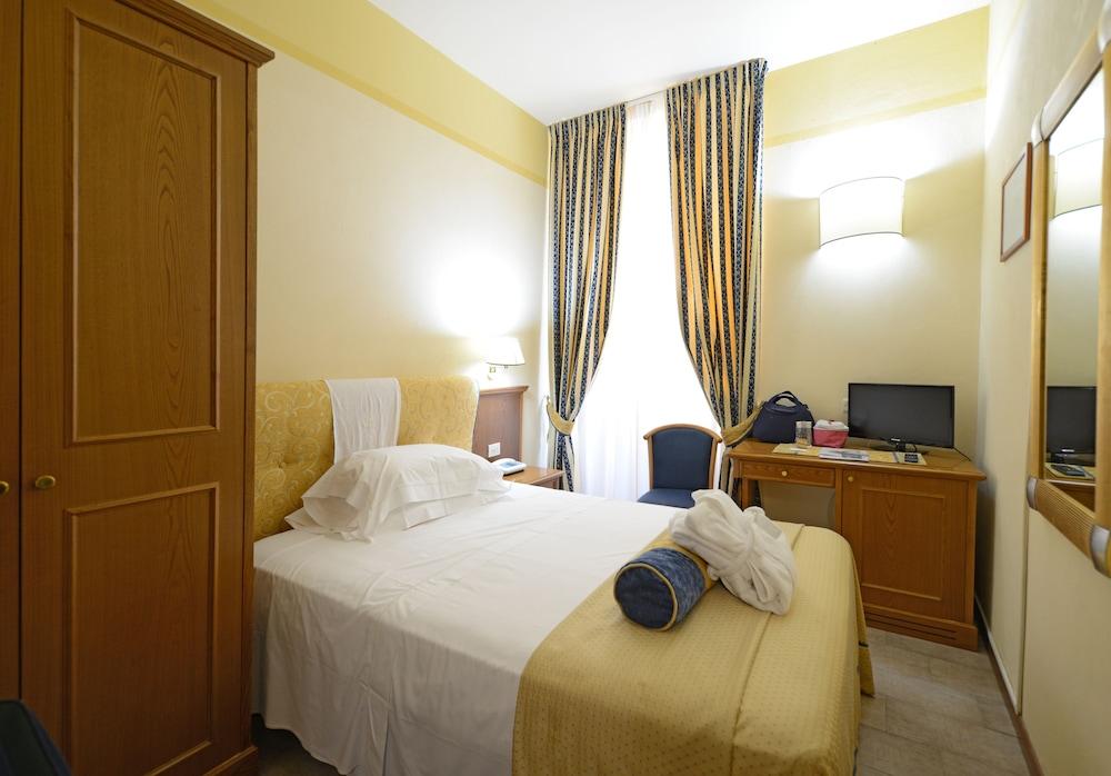 https://exp.cdn-hotels.com/hotels/30000000/29310000/29305800/29305744/3330127b_z.jpg