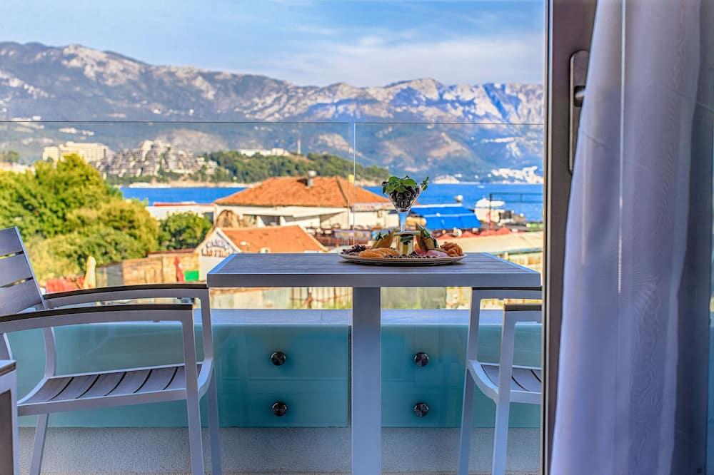 Liukso klasės apartamentai, 1 miegamasis, terasa, vaizdas į jūrą - Vaizdas į paplūdimį / vandenyną