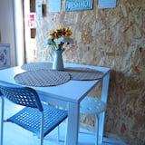 Designové studio, dvojlůžko (200 cm) a rozkládací pohovka, v mezaninu - Kulečník