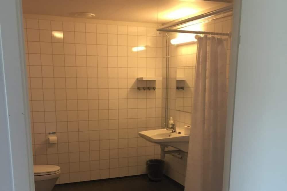 Standard Double Room, 2 Single Beds - Bathroom